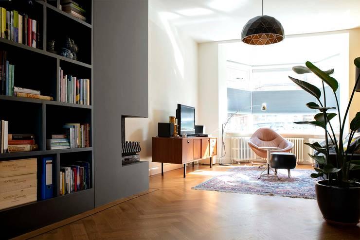 Kleurrijke familiewoning Den Haag:  Woonkamer door Atelier Perspective Interieurarchitectuur, Modern