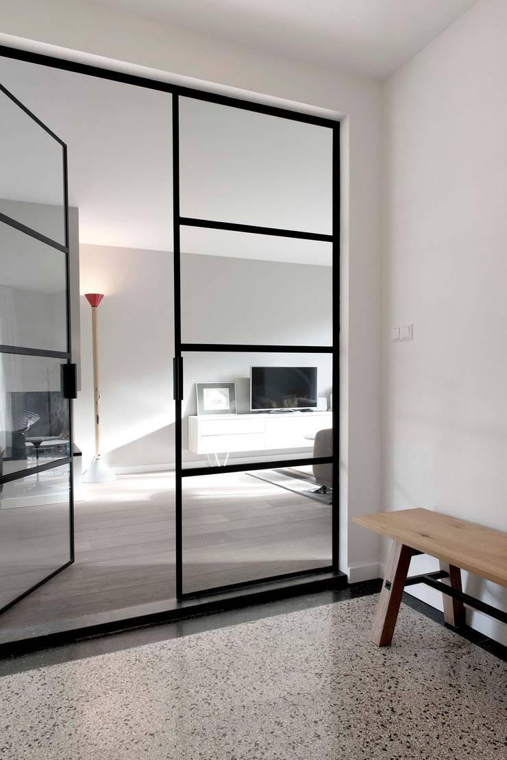 Verbouwing familiewoning Den Haag:  Gang en hal door Atelier Perspective Interieurarchitectuur, Modern