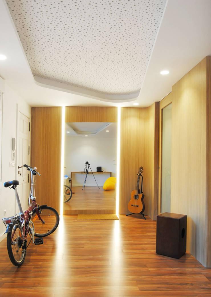 Pasillos y hall de entrada de estilo  por Loft26