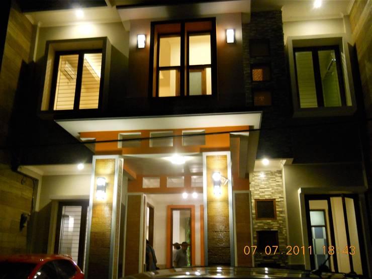 Tampak Depan Malam Hari:  Rumah tinggal  by Amirul Design & Build