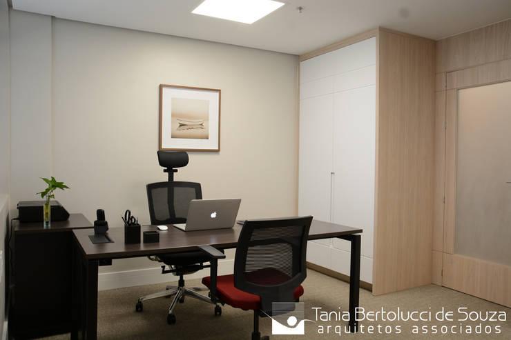 Escritório: Escritórios  por Tania Bertolucci  de Souza     Arquitetos Associados
