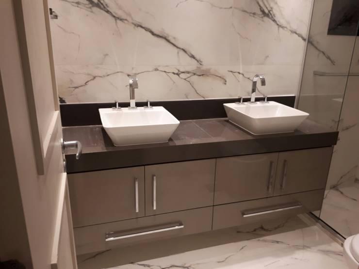 Instalação de Porcelanato Pia: Banheiros  por Isma Gestão em Mão de Obra
