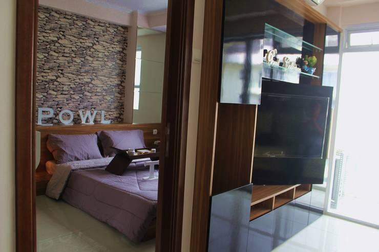Gateway Pasteur Apartment Jade:  Living room by POWL Studio