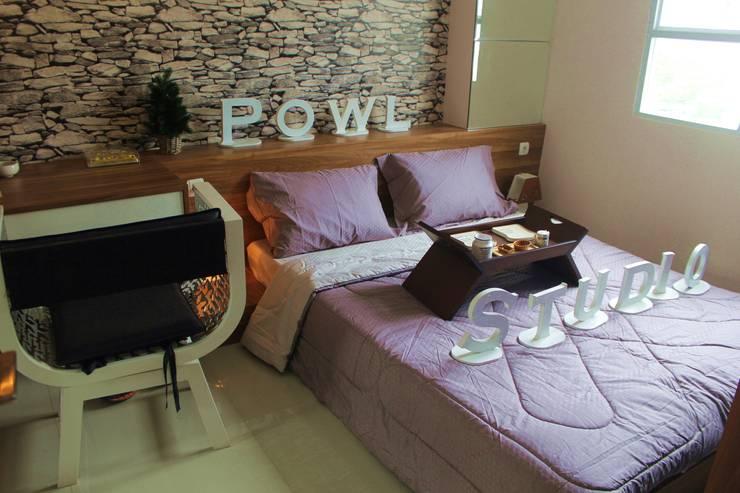 Gateway Pasteur Apartment Jade:  Kamar Tidur by POWL Studio