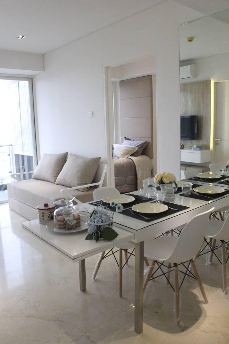 Apartemen Landmark II – 2 Bedroom (Design II):  Ruang Makan by POWL Studio
