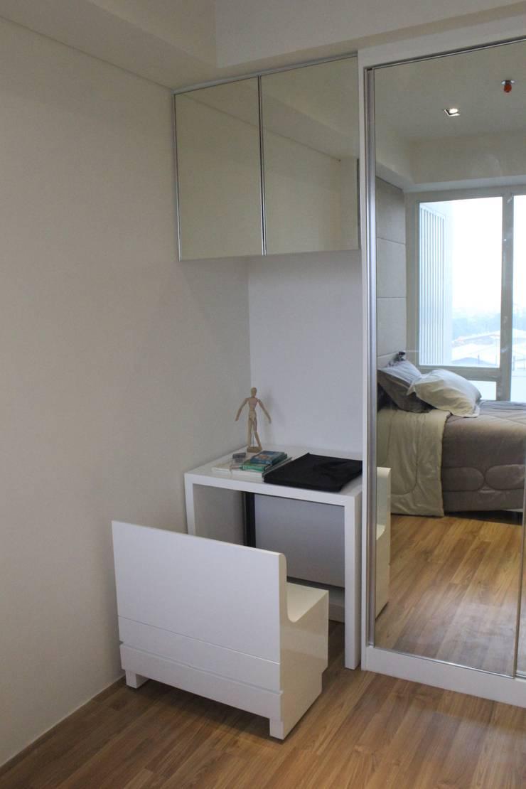Apartemen Landmark II – 2 Bedroom (Design II):  Study/office by POWL Studio