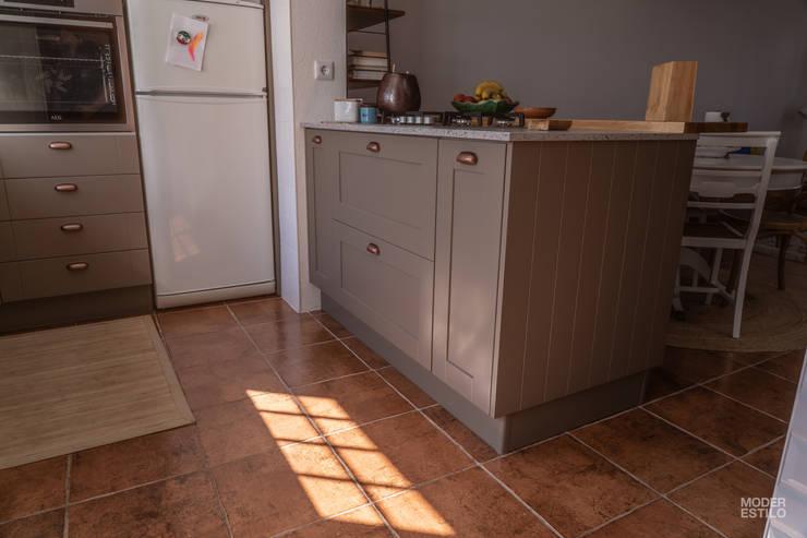Кухня в . Автор – Moderestilo - Cozinhas e equipamentos Lda,