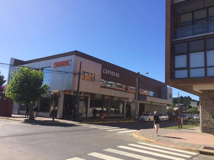 Centro Comercial Coprofor en Arauco: Centros Comerciales de estilo  por Riveros Bassaletti Arquitecto+asociados