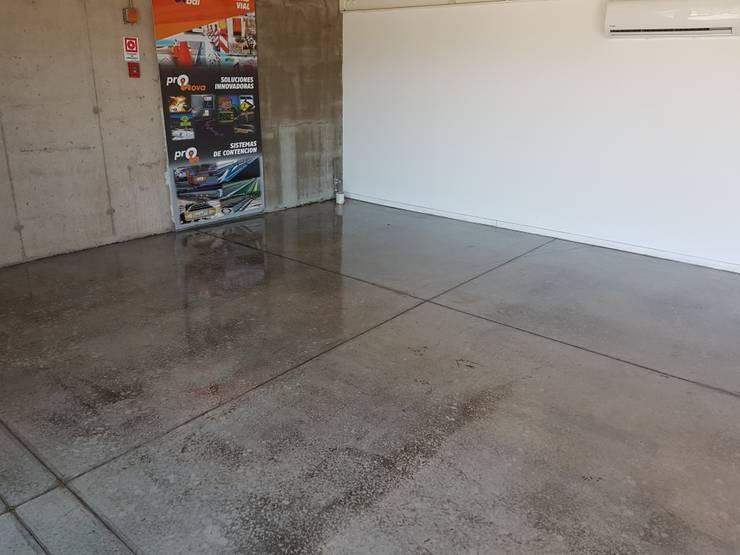 Oficinas Proinbal – Sello Poliuretano Alto Brillo: Garages de estilo  por Decosuelos