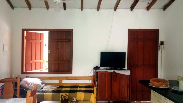 Living room by Oria Arquitetura & Construções
