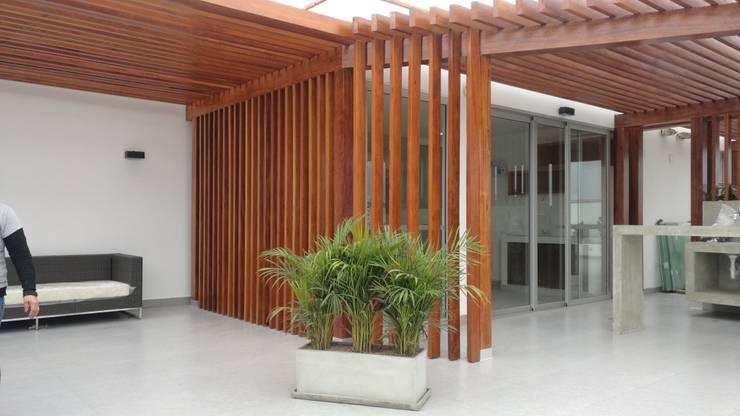 TECHO SOL Y SOMBRA – EDIFICIO ESSENZA: Balcones, porches y terrazas de estilo  por ROAN arquitectura & madera,
