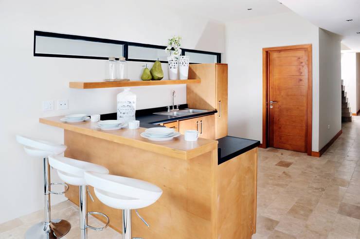 Cocinas equipadas de estilo  por Garza Maya Arquitectos