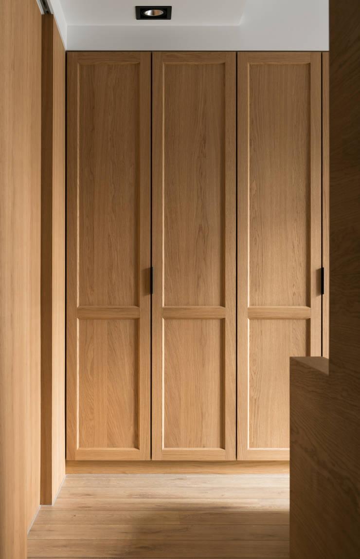 靜謐:  臥室 by 京彩室內設計裝修工程公司