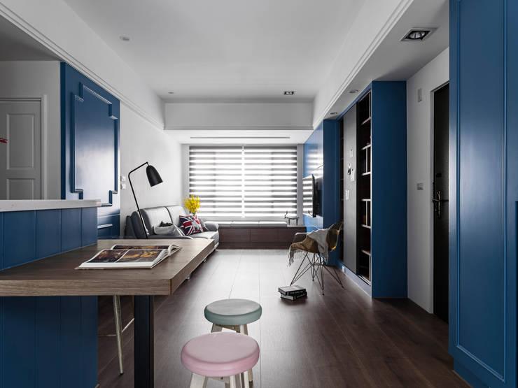 英國藍調:  客廳 by 京彩室內設計裝修工程公司