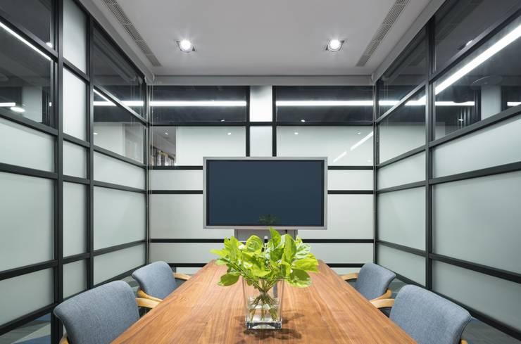 錠藍:  書房/辦公室 by 京彩室內設計裝修工程公司