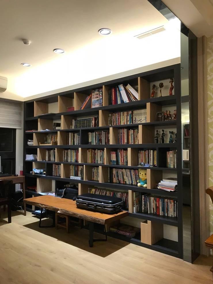 開放空間的書房:  書房/辦公室 by 圓方空間設計
