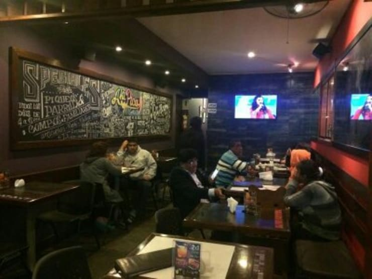"Resto-Bar ""AKÍ PICA"": Restaurantes de estilo  por Diseño & Estilo,"