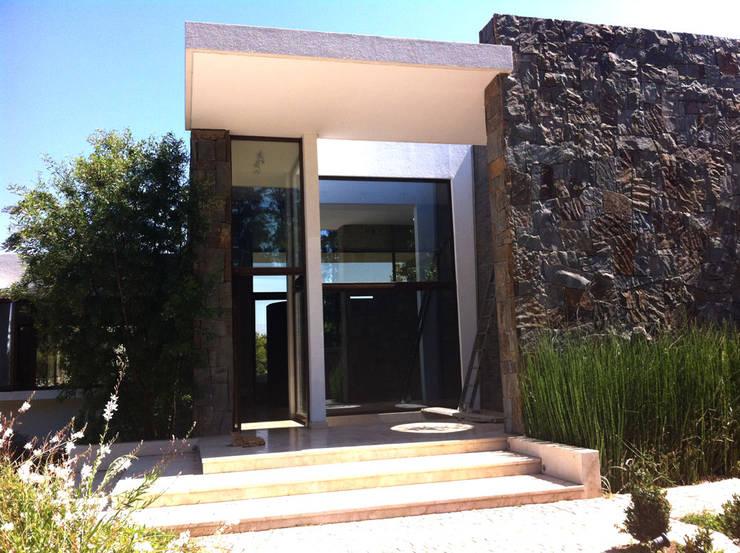 Casa Zalazar: Casas unifamiliares de estilo  por R-Innovare