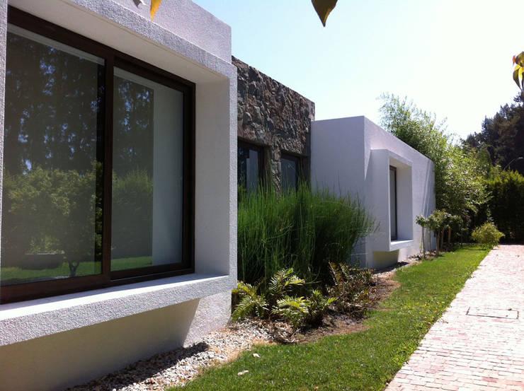 Fachada: Casas unifamiliares de estilo  por R-Innovare