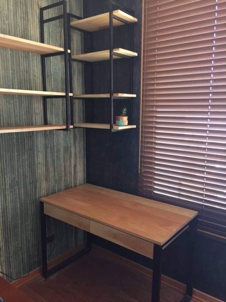 Repisa / escritorio: Salas de estilo  por R-Innovare