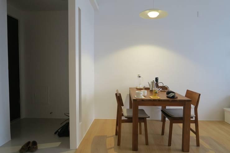 一個人吃飯也可以很多人一起吃飯:  餐廳 by 迷藏設計