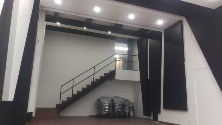 Auditorio  Entrada segundo piso (Construcción): Salas de estilo  por Plano 13, Minimalista