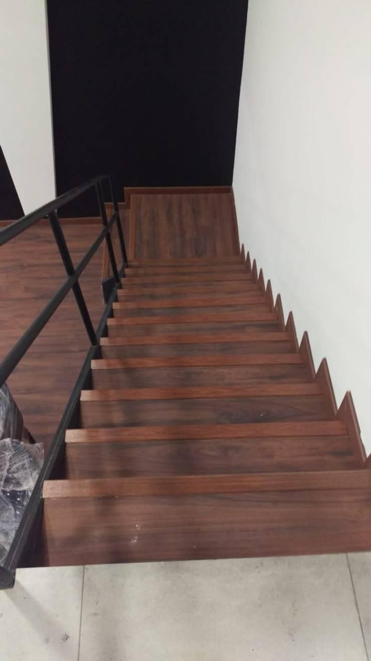 Auditorio Escalera: Escaleras de estilo  por Plano 13, Moderno Madera Acabado en madera