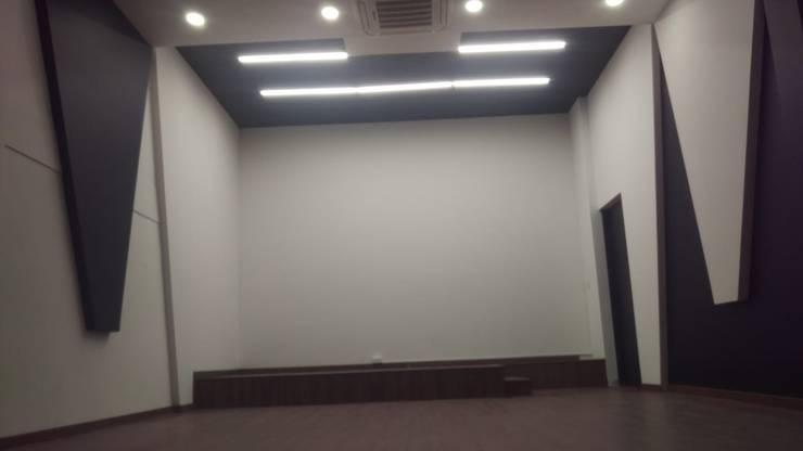 Auditorio  Escenario (construcción): Salas de estilo  por Plano 13, Minimalista