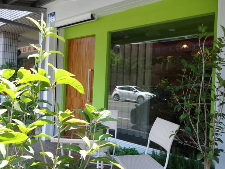 友善綠色友善蔬食:  餐廳 by 鄒迷藏設計|人衣人兒工作室