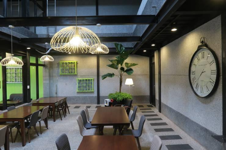 挑高用餐空間:  餐廳 by 鄒迷藏設計|人衣人兒工作室