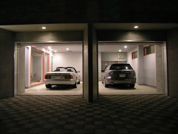 中央区のガレージハウス: アウラ建築設計事務所が手掛けた二車用ガレージ車庫です。
