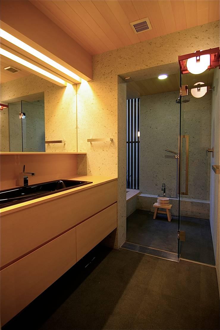 洗面: Sデザイン設計一級建築士事務所が手掛けた浴室です。