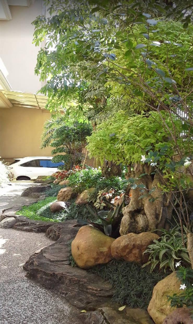 Taman halaman depan rumah atau kantor:  Garden  by TUKANG TAMAN SURABAYA - jasataman.co.id