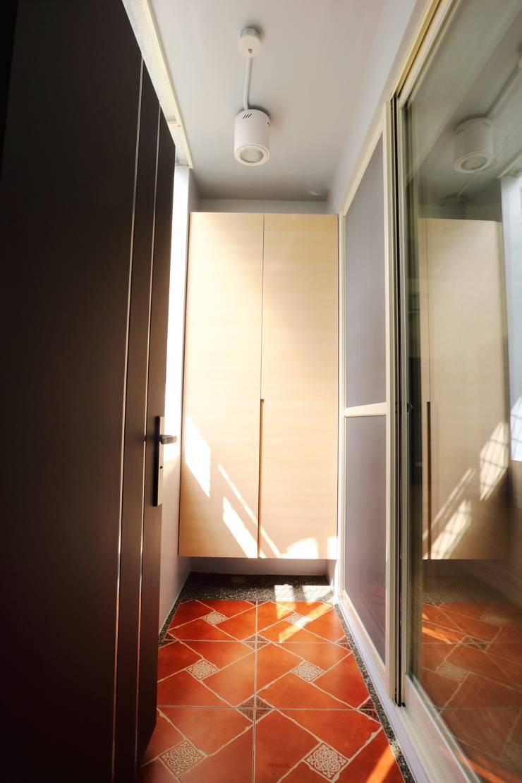 Corridor & hallway by 青築制作, Scandinavian