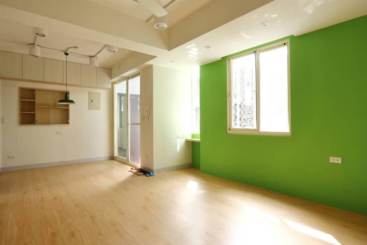 Living room by 青築制作, Scandinavian