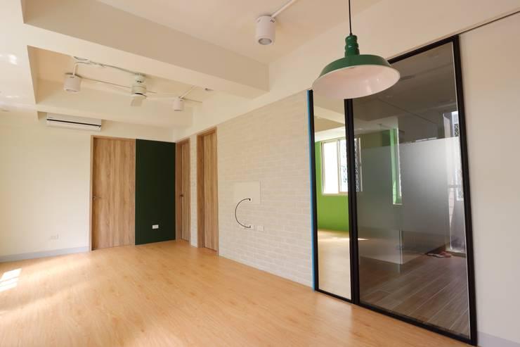 Salas / recibidores de estilo  por 青築制作,