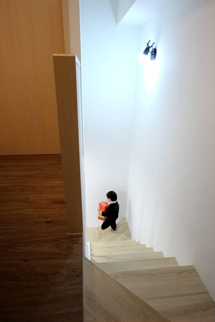 簡約北歐挑高夾層宅所:  樓梯 by 青築制作