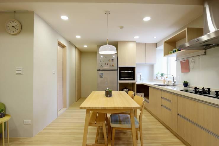 Dining room by 青築制作, Scandinavian