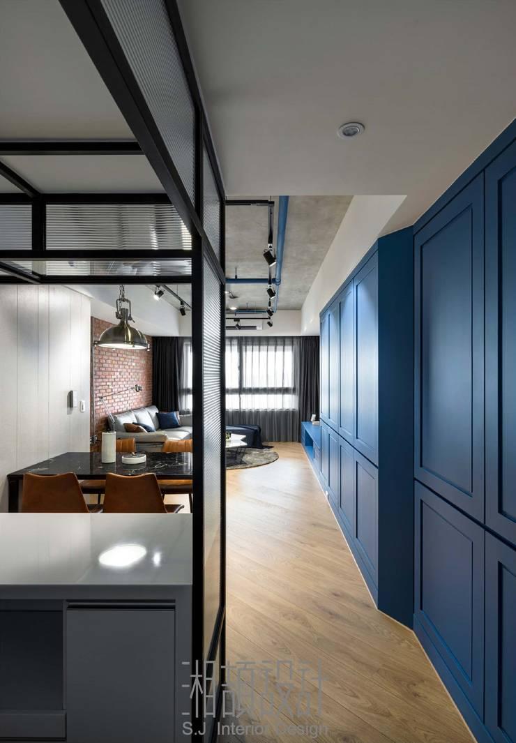 L 型鐵件屏風的廚房空間:  置入式廚房 by 湘頡設計