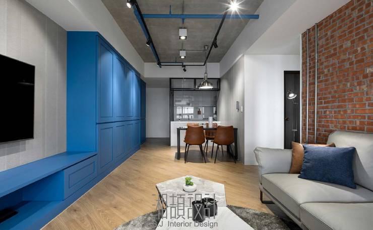 裸露天花與重新上色的消防管延續公領域的工業風:  客廳 by 湘頡設計