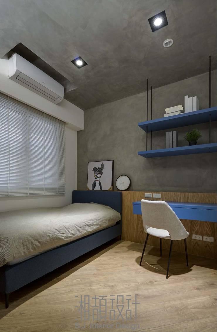 孝親房也能很現代風 Industrial style bedroom by 湘頡設計 Industrial Wood Wood effect