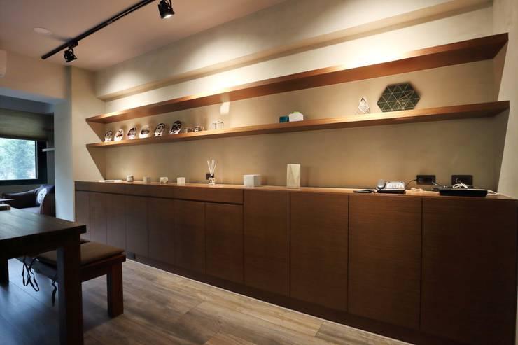 不拖泥帶水的寧靜感住所:  書房/辦公室 by 青築制作