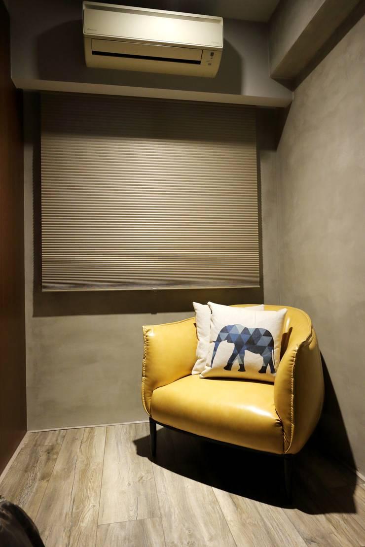 不拖泥帶水的寧靜感住所:  臥室 by 青築制作