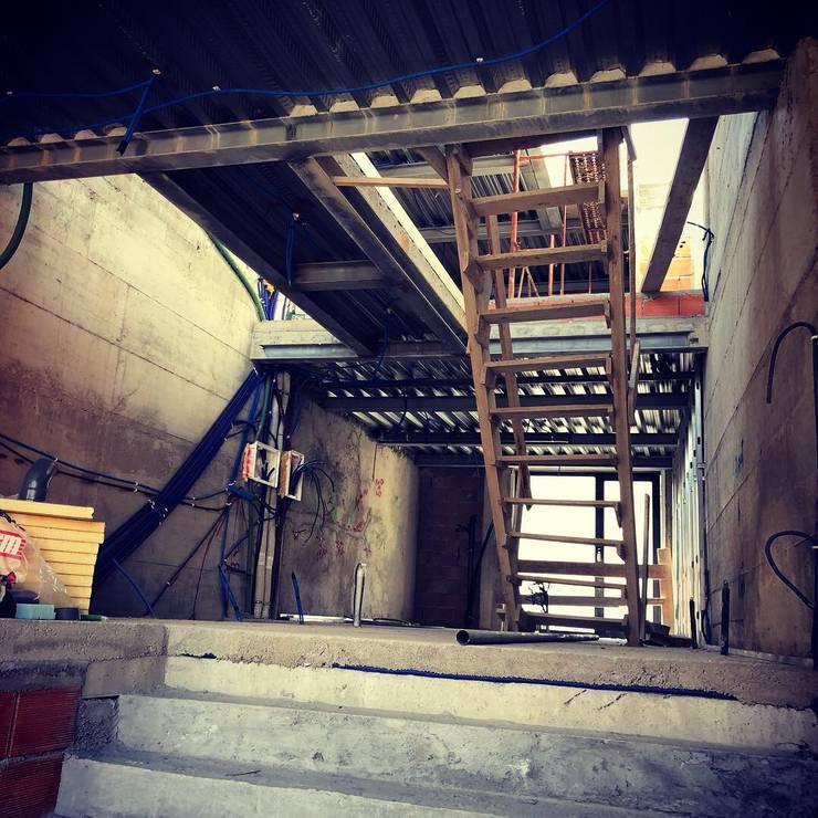 Interior de obra de reabilitação no Porto: Habitações multifamiliares  por OGGOstudioarchitects, unipessoal lda