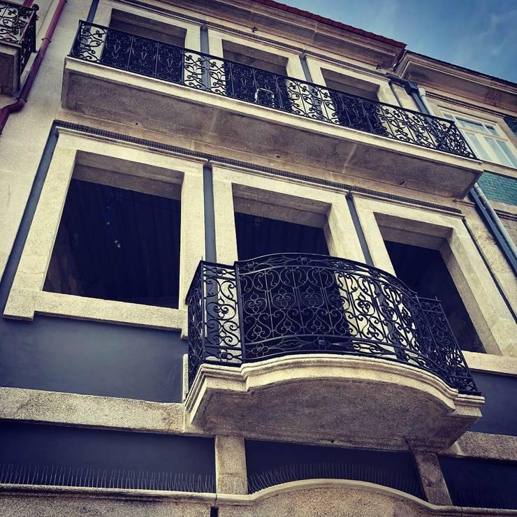 Restauro de fachada em projecto de reabilitação para habitação: Habitações multifamiliares  por OGGOstudioarchitects, unipessoal lda