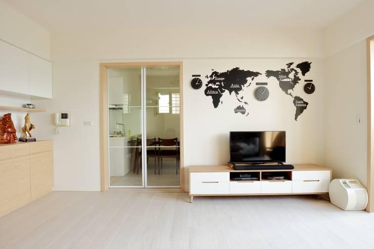 光線充足的北歐空氣宅:  客廳 by 青築制作