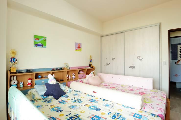 光線充足的北歐空氣宅:  臥室 by 青築制作