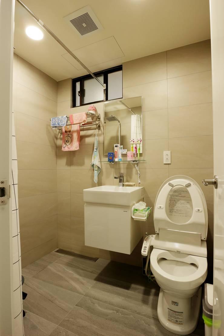 光線充足的北歐空氣宅:  浴室 by 青築制作