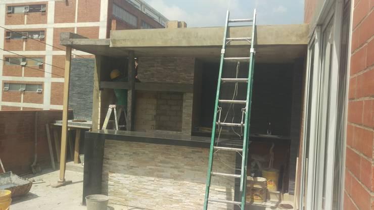TERRAZA BBQ (CONSTRUCCIÓN) Balcones y terrazas de estilo moderno de Plano 13 Moderno