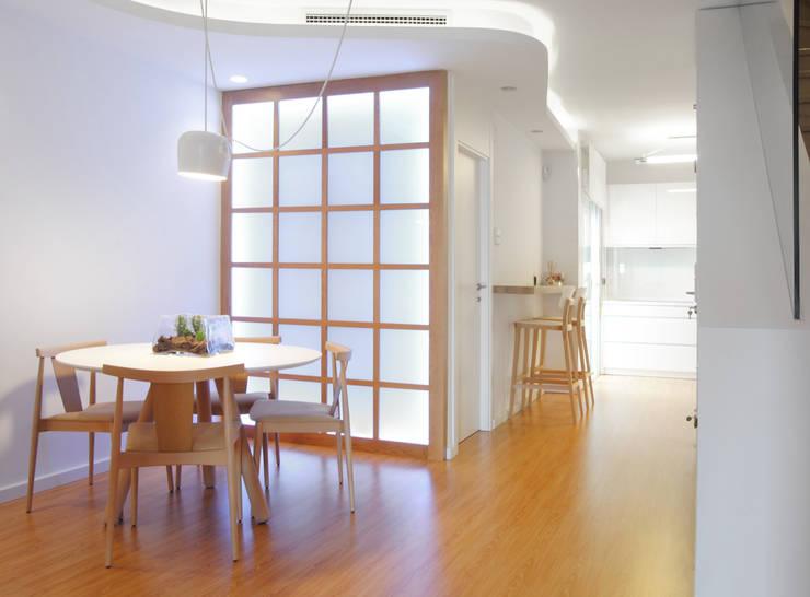 Espacio diáfano que integra comedor-cocina-estar: Comedores de estilo moderno de Loft26